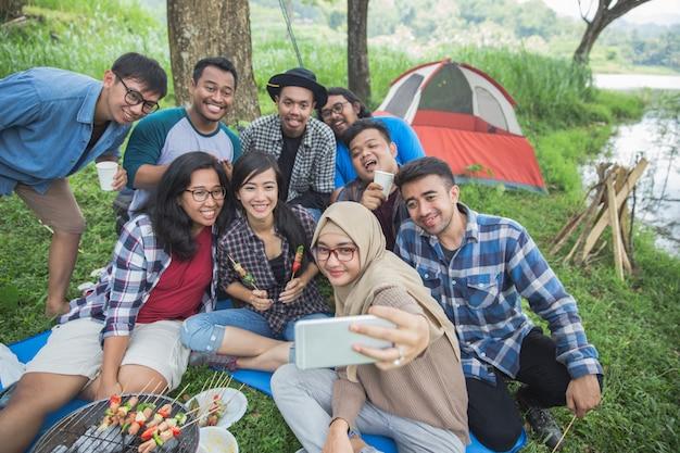 Amici campeggio selfie insieme