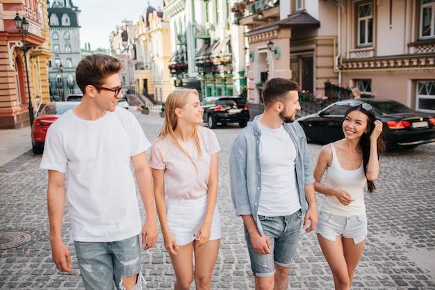 Amici carini e positivi camminano insieme per strada