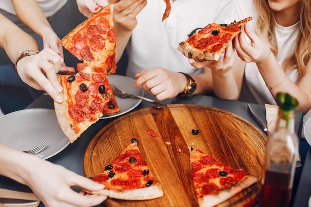 Amici carini in un caffè eatting una pizza