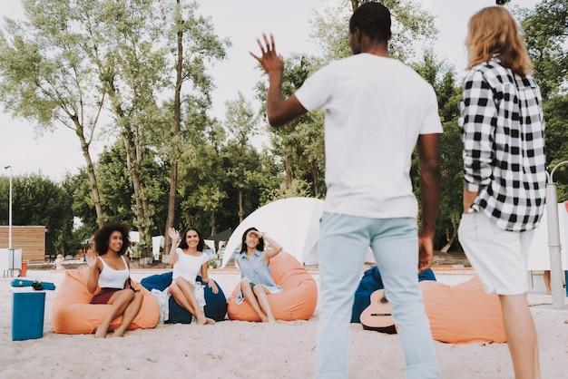 Amici caucasici afroamericani del partito della spiaggia