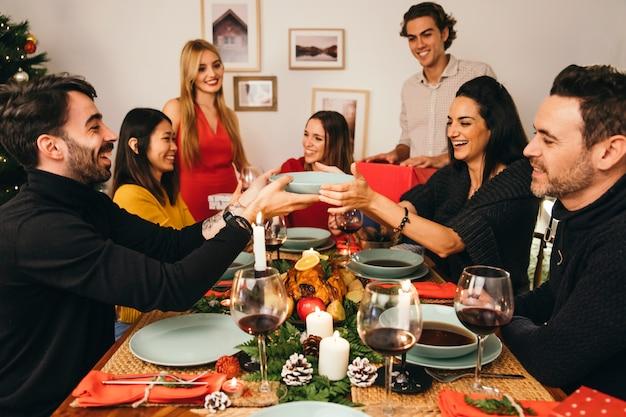 Amici cenando a natale