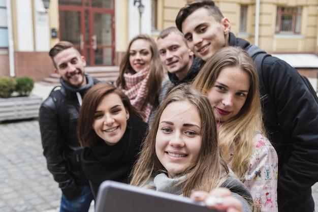 Amici che assumono selfie in strada