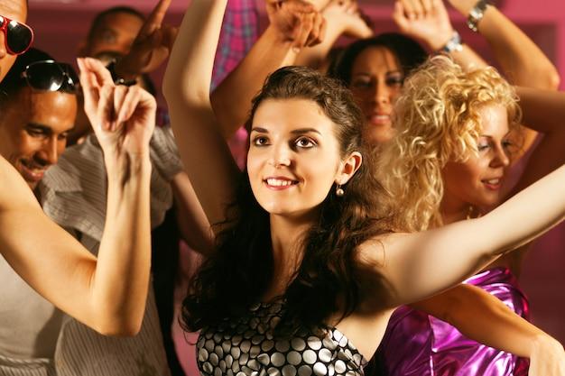 Amici che ballano nel club o in discoteca