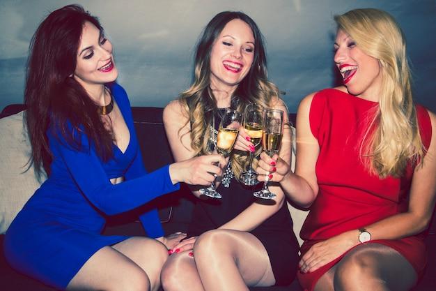 Amici che beve champagne