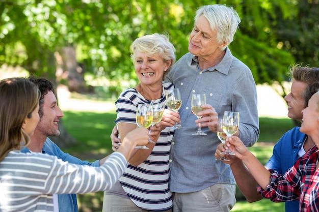 Amici che bevono vino bianco