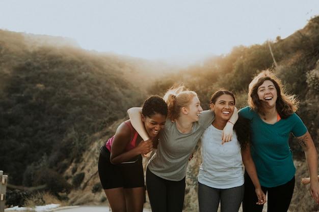 Amici che camminano attraverso le colline di los angeles