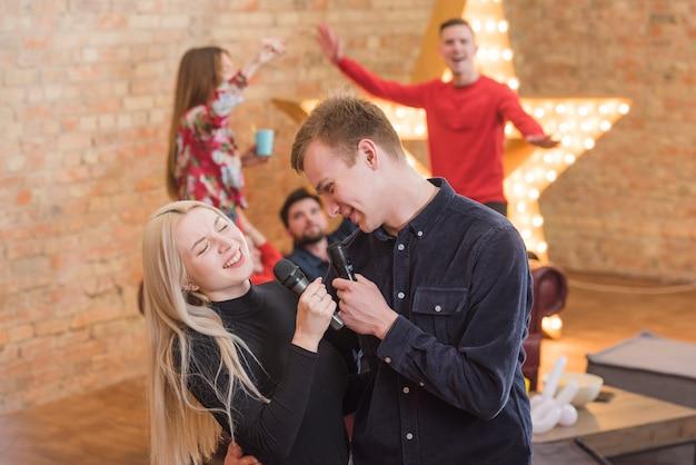 Amici che cantano karaoke a una festa