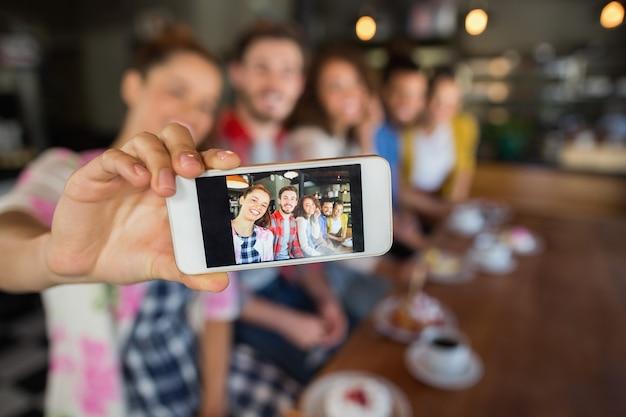 Amici che catturano foto nel pub