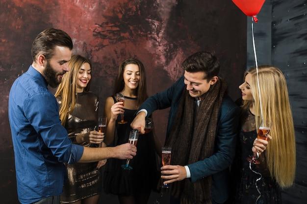 Amici che celebrano il 2018 con champagne