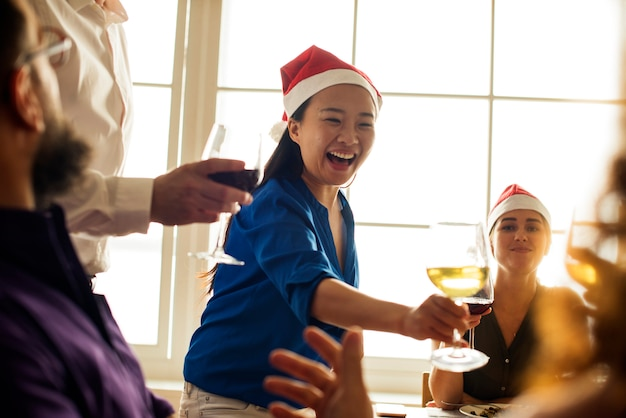 Amici che celebrano le vacanze insieme