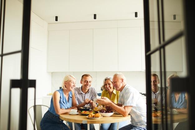 Amici che condividono storie al tavolo della cucina