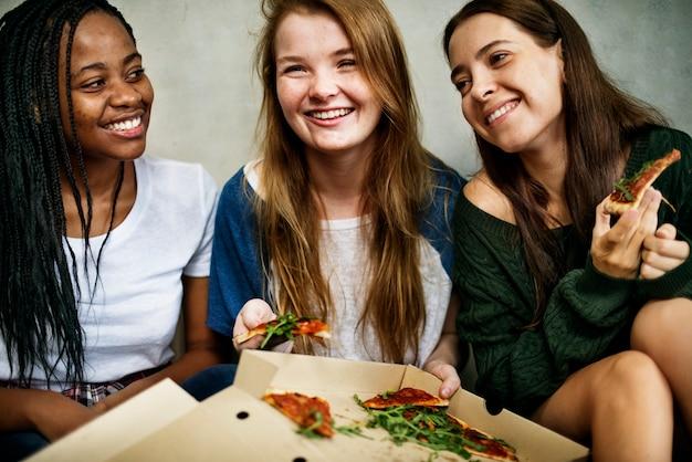 Amici che condividono una pizza