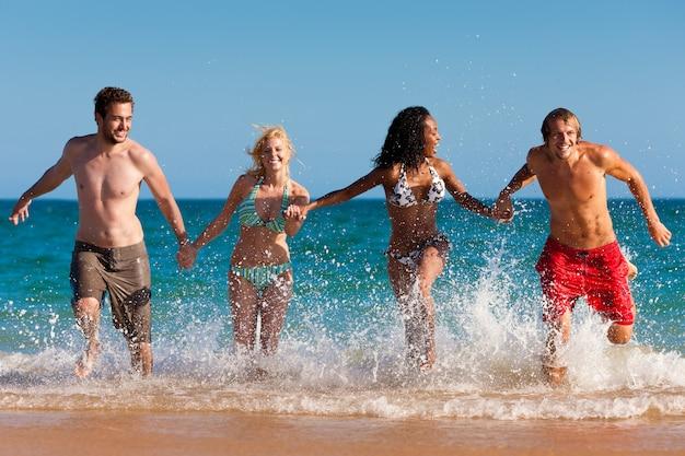 Amici che corrono in vacanza al mare