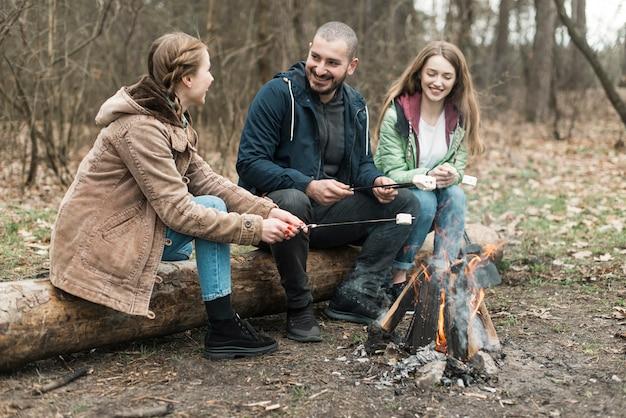 Amici che cucinano marshmallow