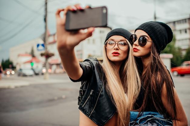 Amici che fanno foto