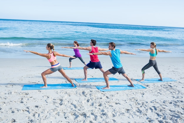 Amici che fanno yoga insieme al loro insegnante