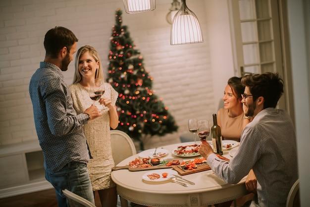 Amici che festeggiano il natale o il capodanno a casa
