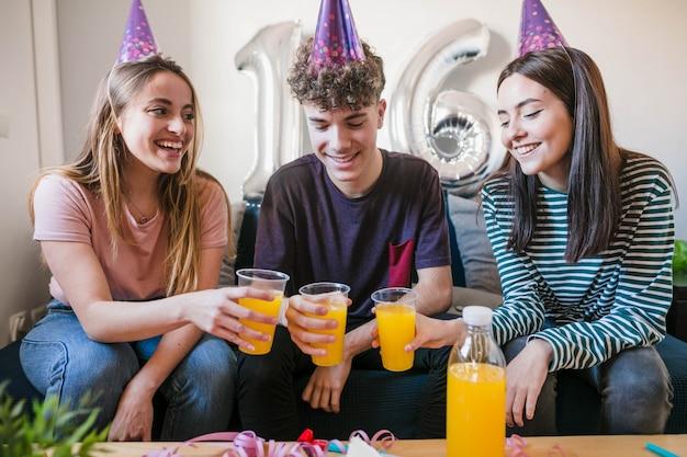 Amici che festeggiano il sedicesimo compleanno