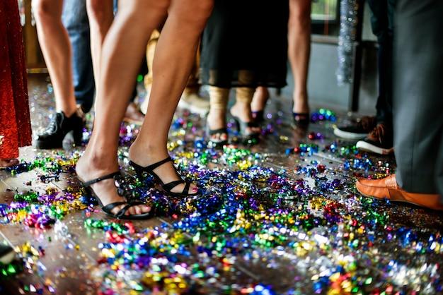 Amici che festeggiano la vigilia di capodanno sulla pista da ballo