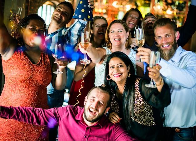 Amici che festeggiano la vigilia di capodanno