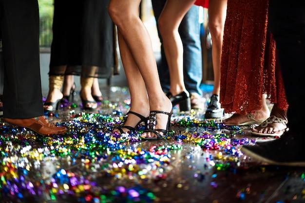 Amici che festeggiano sulla pista da ballo