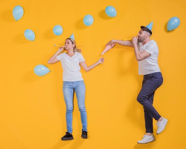 Amici che galleggiano con palloncini blu