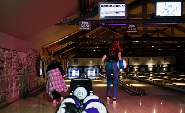 Amici che giocano a bowling