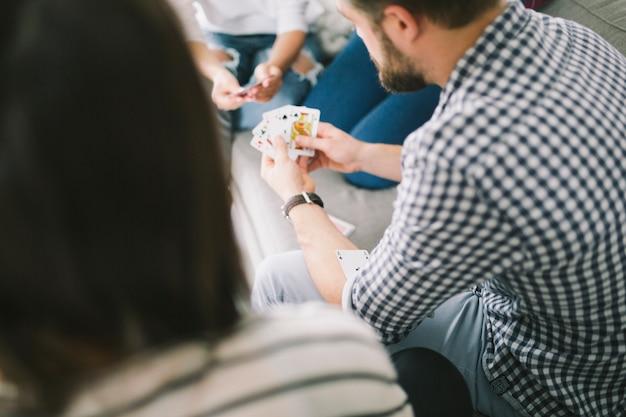 Amici che giocano a carte in festa