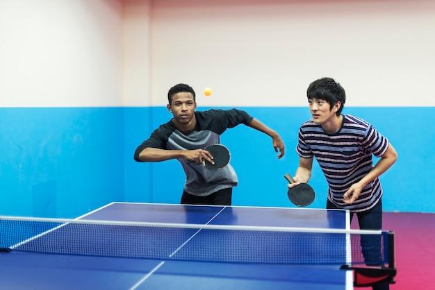 Amici che giocano a ping pong