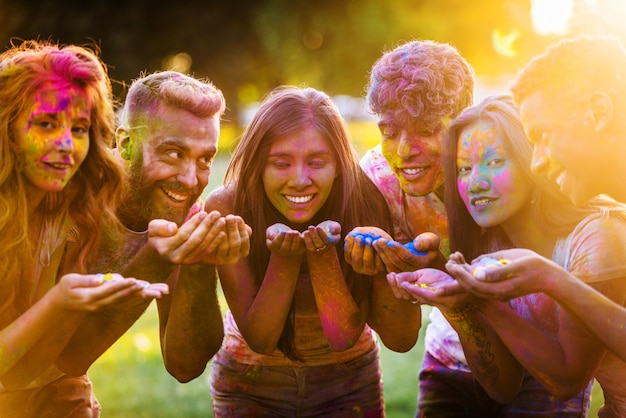 Amici che giocano con la polvere di holi