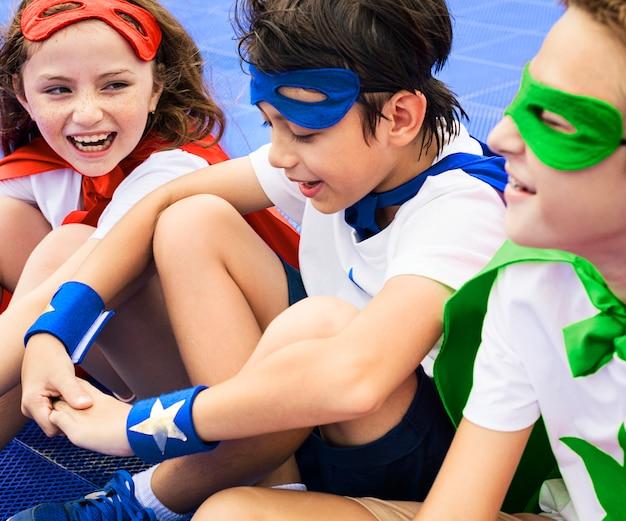 Amici che giocano insieme a supereroi