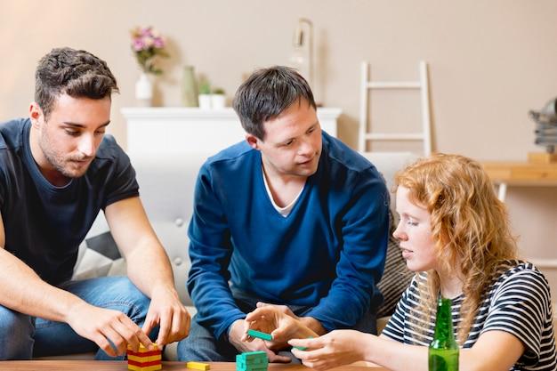 Amici che giocano insieme e bevono birra a casa