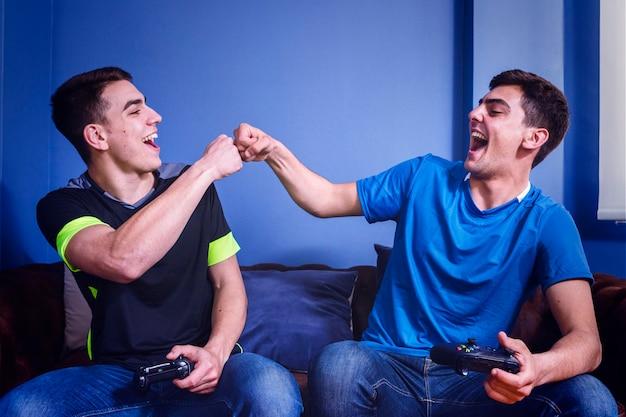 Amici che giocano sulla console