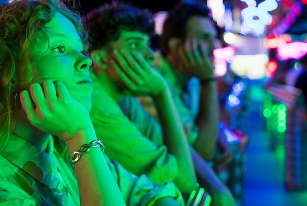 Amici che guardano una notte magica