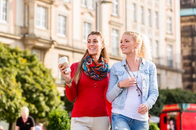 Amici che hanno a piedi in città