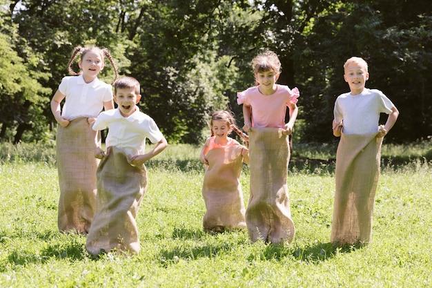 Amici che hanno un concorso con borse di tela