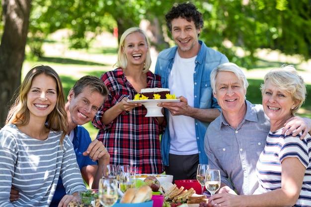 Amici che hanno un picnic con la torta