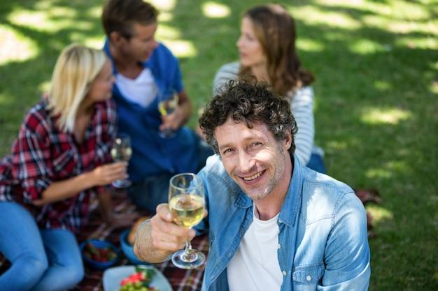 Amici che hanno un picnic con vino