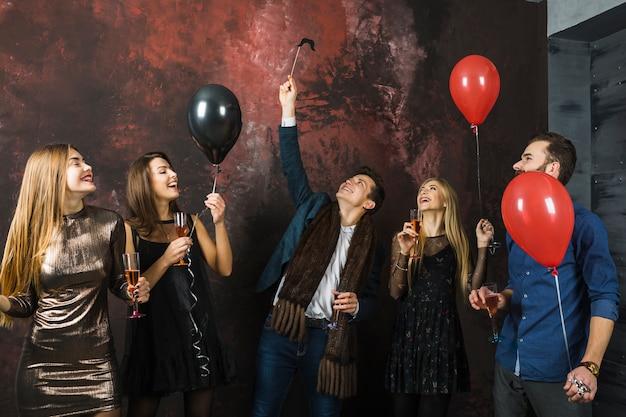 Amici che hanno una festa del 2018 con palloncini