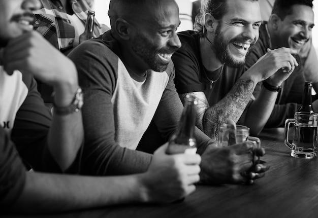 Amici che incoraggiano lo sport al bar insieme