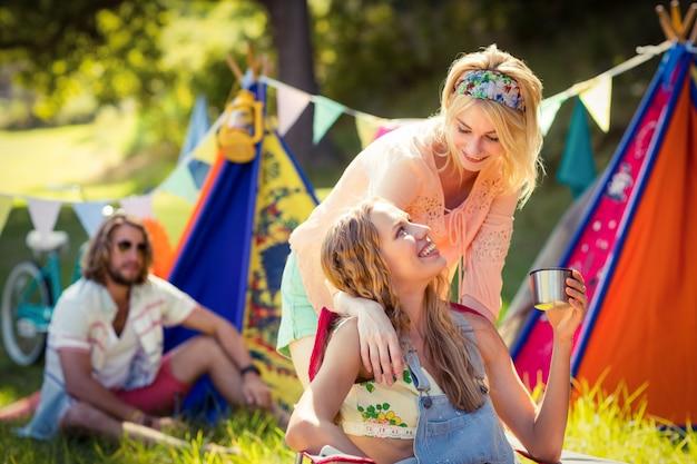 Amici che interagiscono tra loro in campeggio