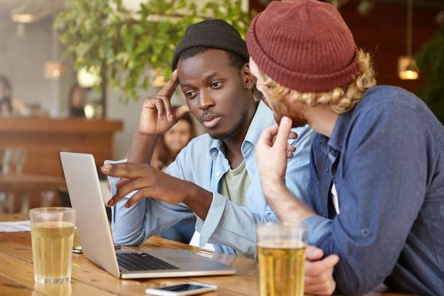 Amici che lavorano insieme in un pub
