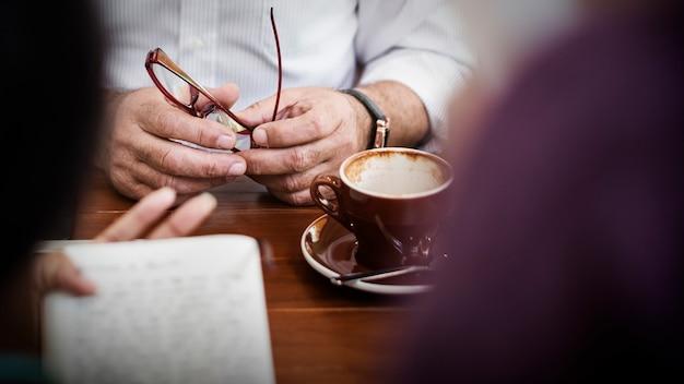 Amici che lavorano riunione di discussione che divide concetto di idee
