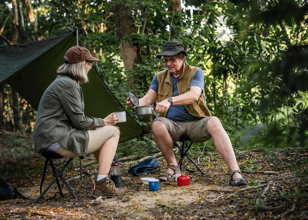 Amici che mangiano caffè in un campeggio