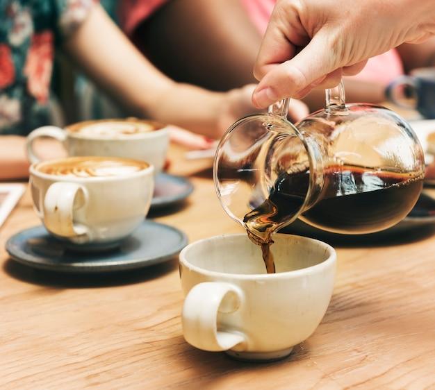 Amici che mangiano caffè insieme