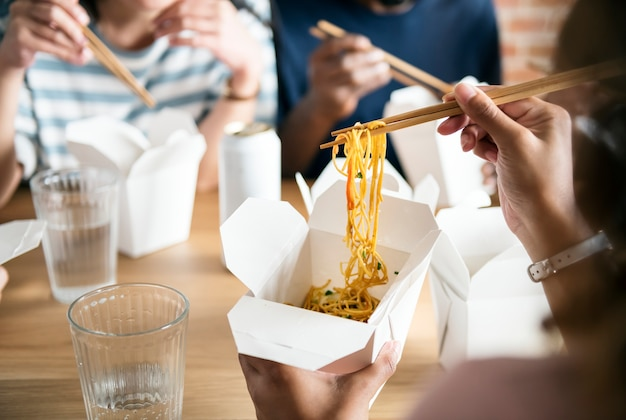 Amici che mangiano chow mein insieme