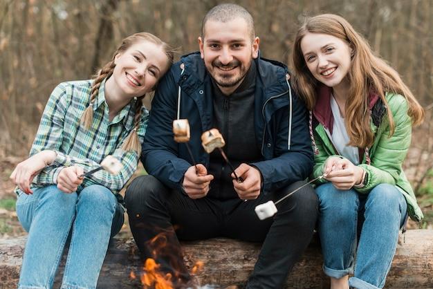 Amici che mangiano marshmallow