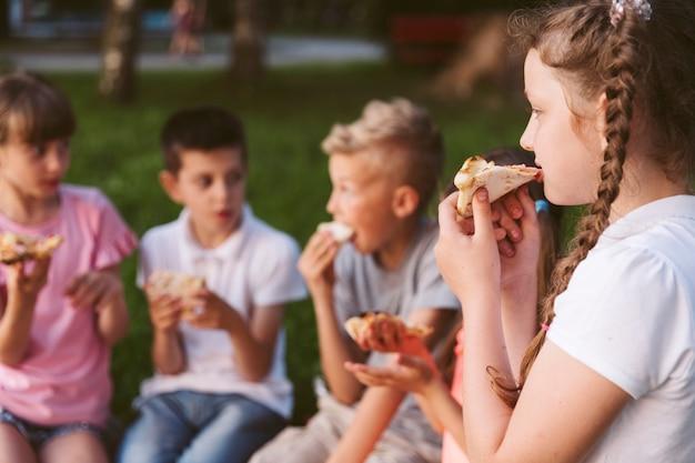Amici che mangiano un po 'di pizza insieme