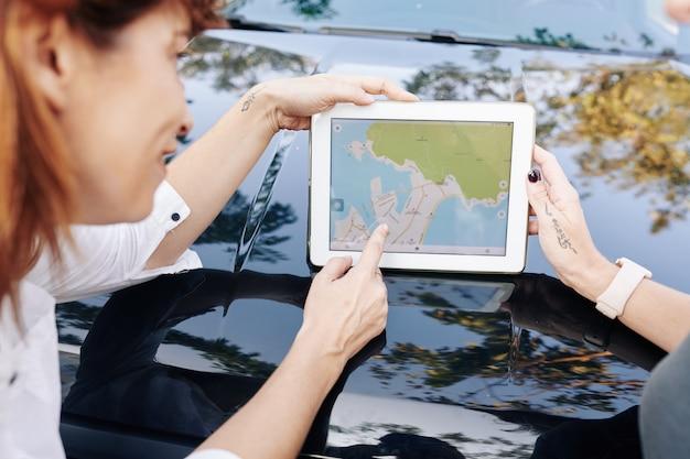 Amici che parlano di mappa sul tablet pc