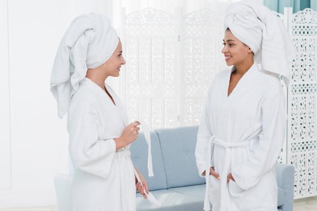 Amici che parlano in una spa